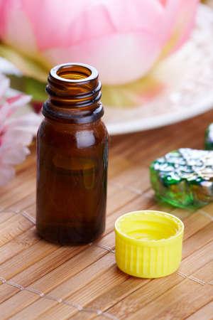 Tradicional theraphy alternativo o medicina, concepto de estilo de vida saludable, aromaterapia. Botella de aceite arom�tico con flores en un fondo Foto de archivo - 8887497