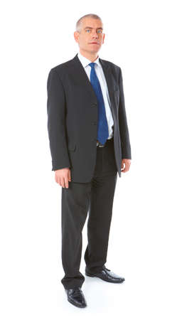 cuerpo completo: Imagen de cuerpo completa del hombre de negocios de maduro permanente vistiendo traje oscuro, aislado sobre fondo blanco