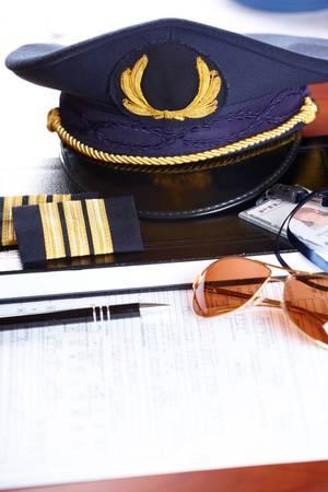 uniformes de oficina: Plan de sombrero de piloto de l�nea a�rea profesional y titular de identificaci�n con charreteras y gafas de sol de vuelo y el libro de registro.