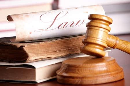 derecho penal: Martillo de madera de jueces con libros muy antiguos y papel con derecho de palabra