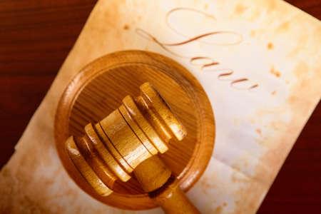 derecho penal: Martillo de madera de jueces con papel muy viejo con el derecho de palabra en segundo plano.