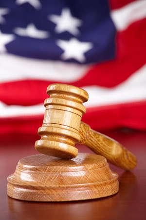 jurado: Martillo de madera de jueces con bandera de Estados Unidos en segundo plano