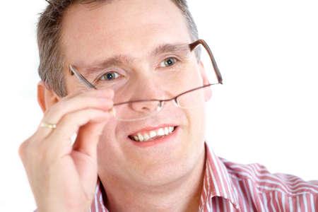 hyperopia: Primo piano di un volto maschile, decollando occhiali su sfondo bianco