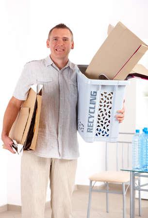 recycle bin: Hombre feliz celebración de Papelera de reciclaje de papel