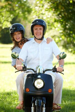 casco moto: Couople scooter de paseo en moto retro Foto de archivo