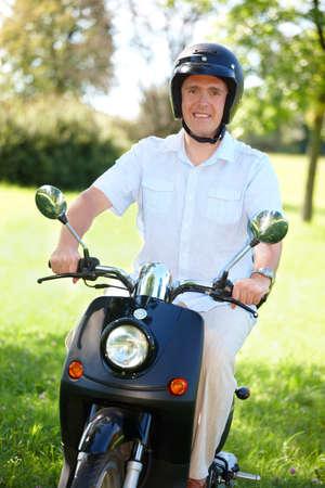 casco moto: Hombre moto paseo en moto retro