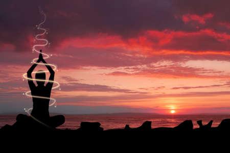 mujer meditando: Mujer haciendo ejercicios de yoga en la orilla del r�o Ganges, luz energ�tica y efecto de brillo. Foto de archivo