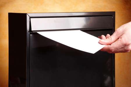 buzon de correos: Milbox metal con la mano poner una carta en el interior