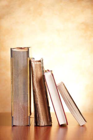 encyclopedias: Libros antiguos sobre la mesa de madera Foto de archivo