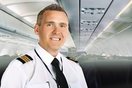 piloto de avion: Piloto de Línea Aérea en uniforme con charreteras a bordo de aviones de pasajeros. Foto de archivo