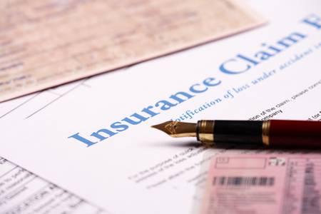 forma: Üres biztosítás igénylőlapot és egyéb papírok, mint a személyi igazolvány vagy a gépkocsi iratait, toll feküdt az asztalon