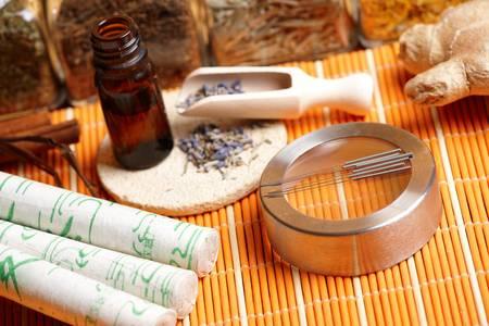 acupuntura china: Las agujas de acupuntura, palitos de moxa, p�talos de lavanda con aceite macerado, Giner y las hierbas en tarros de fotos tradicional china TCM concepto de Medicina