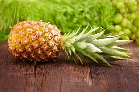 Fresh pineapple on wooden board, horizontal view Imagens