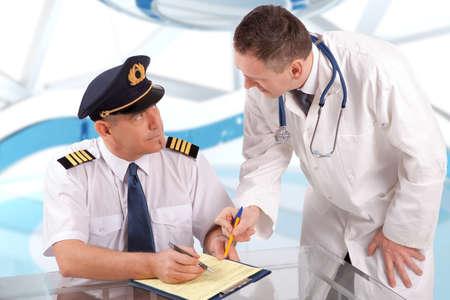 piloto: Piloto de avi�n durante el examen m�dico con el m�dico rellenando papeles