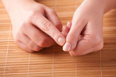 Woman doing EFT auf die Finger Punkt. Emotional Freedom Techniques, Klopfen, eine Form der Beratung Interventionen, die auf verschiedenen Theorien der alternativen Medizin zieht.