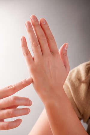 tapping: Donna facendo EFT sul Punto Karate. Emotional Freedom Techniques, tapping, una forma di intervento di counselling che attinge a varie teorie della medicina alternativa.