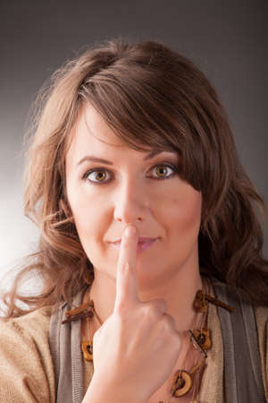 tapping: Donna facendo EFT sui sotto il naso del punto Emotional Freedom Techniques, toccando, una forma di intervento consulenza che attinge a varie teorie della medicina alternativa