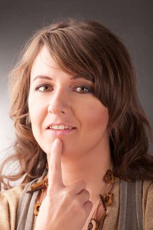 tapping: Donna facendo EFT sui sotto mounth punto Emotional Freedom Techniques, toccando, una forma di intervento consulenza che attinge a varie teorie della medicina alternativa