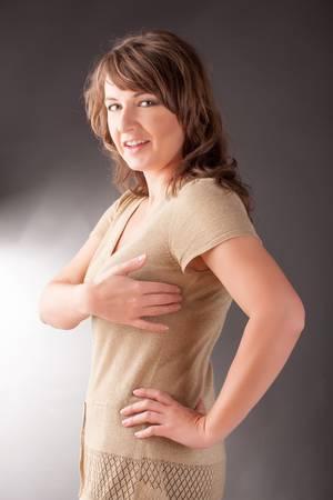 interventie: Vrouw doet EFT op onder de arm punt Emotional Freedom Techniques, tikken, een vorm van begeleiding interventie die is gebaseerd op verschillende theorieën van alternatieve geneeskunde