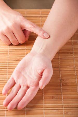 akupressur: Akupressur, Akupunktur Finger auf den Punkt genannten Intermediary Messenger Jianshi P5 Pr�sentation, wie man diesen Punkt zu finden