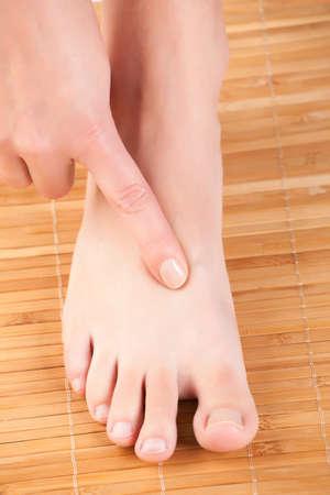 Akupressur, Akupunktur Finger auf den Punkt als Great Rushing Taichong LIV-3 Präsentation auf, wie man diesen Punkt zu finden Standard-Bild