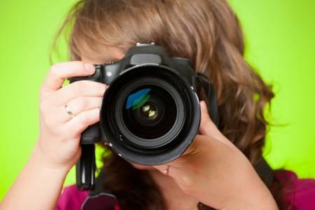 Weibliche Fotografen, die Fotos mit DSLR Digitalkamera Standard-Bild