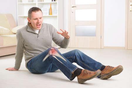 de rodillas: Hombre con dolor de rodilla conjunta Esqueleto visible con zona marcada en rojo