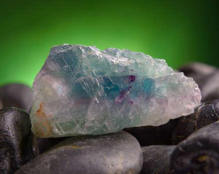 gemology: Fluorite anche chiamata fluorite cristallo naturale sulla roccia ametista