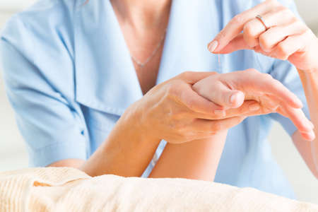 acupuntura china: Mano de aplicar agujas de acupuntura