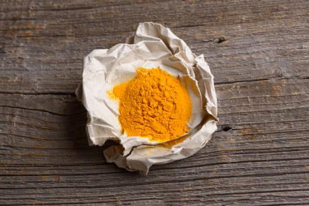 Gelbwurz-Gewürz-Pulver auf Holzbrett