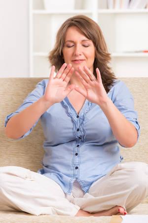 Frau praktizieren Reiki transfering Energie durch Palmen, eine Art Energie-Medizin