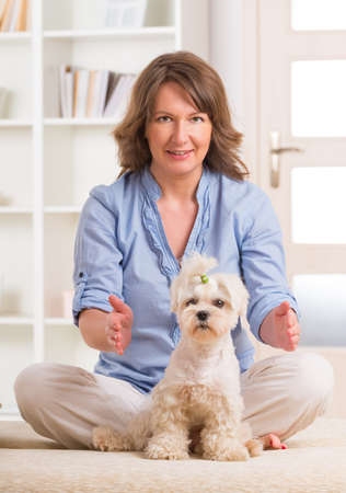 complementary therapy: Woman doing Reiki therapy for a dog, a kind of energy medicine  Stock Photo