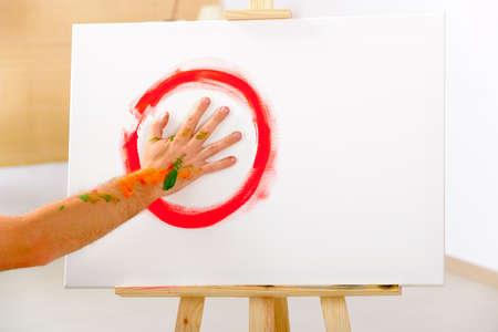 peinture au doigt, peinture à la main en utilisant la paume comme un pinceau Thechnique utilisation de ofetn en art-thérapie et la peinture intuitive