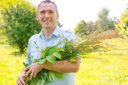 herbolaria: Hombre herbolario recoger hierbas silvestres
