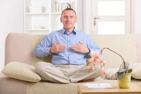 Hombre que practica la energía Reiki auto traslación a través de las palmas, una especie de medicina energética.