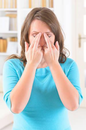 libertad: Mujer que hace EFT en el punto de la ceja. T�cnicas de Liberaci�n Emocional, tapping, una forma de intervenci�n de asesoramiento que se nutre de diversas teor�as de la medicina alternativa. Foto de archivo