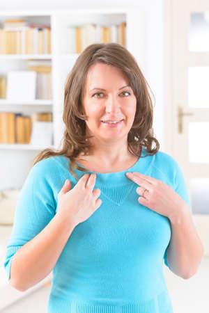 Frau, die EFT auf dem unter das Schlüsselbein. Emotional Freedom Techniques, Gewindeschneiden, eine Form der Beratung Intervention, die auf verschiedenen Theorien der alternativen Medizin zieht.