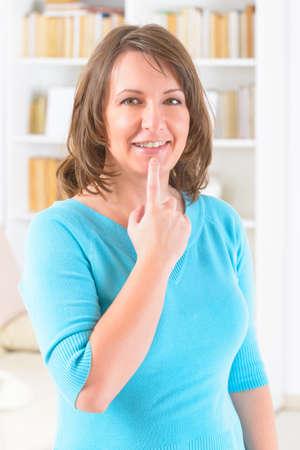 tapping: Donna che fa EFT sul punto mento. Emotional Freedom Techniques, toccando, una forma di intervento di consulenza che si basa su diverse teorie della medicina alternativa.