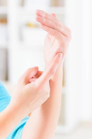 Frau, die EFT auf dem Karatepunkt. Emotional Freedom Techniques, Gewindeschneiden, eine Form der Beratung Intervention, die auf verschiedenen Theorien der alternativen Medizin zieht.