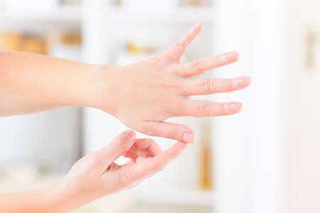 Frau, die EFT auf die Finger Punkt. Emotional Freedom Techniques, Gewindeschneiden, eine Form der Beratung Intervention, die auf verschiedenen Theorien der alternativen Medizin zieht. Standard-Bild