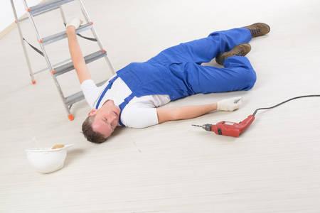 working at home: El trabajador del hombre pone en un suelo, el concepto de accidente de trabajo