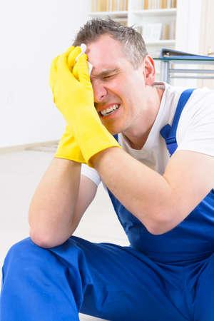 accidente trabajo: El trabajador del hombre con lesiones en la cabeza, el concepto de accidente de trabajo