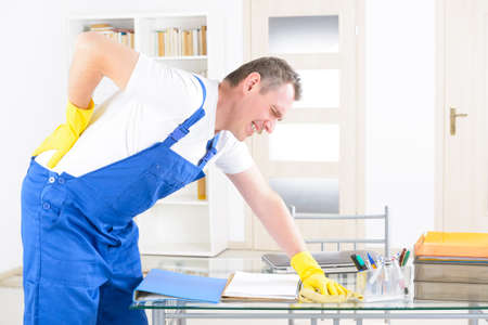 ouvrier: Man travailleur blessure au dos, notion d'accident au travail