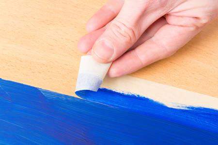 pintor: Mano quitar cinta adhesiva también conocido como tapy pegajosa
