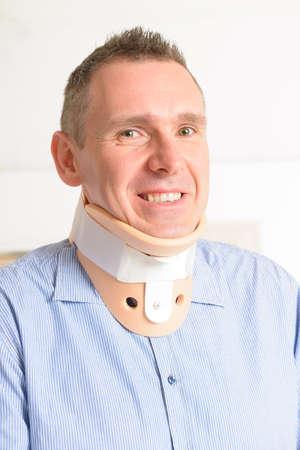 cervicales: Hombre con un collar cervical quirúrgica que sufre de dolor de cuello