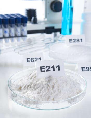 productos quimicos: Conservantes sustancias que se añaden a los productos tales como alimentos, productos farmacéuticos, pinturas, muestras biológicas, madera, etc., para evitar la descomposición por el crecimiento microbiano o por cambios químicos indeseables.