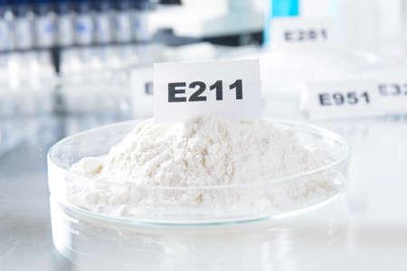 productos quimicos: Benzoato de sodio E211. Conservantes sustancias que se a�aden a los productos tales como alimentos, productos farmac�uticos, etc., para evitar la descomposici�n por el crecimiento microbiano o por cambios qu�micos indeseables. Foto de archivo