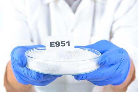 stabilizers: E951 Aspartame ASM. Conservantes sustancias que se a�aden a los productos tales como alimentos, productos farmac�uticos, etc., para evitar la descomposici�n por el crecimiento microbiano o por cambios qu�micos indeseables.