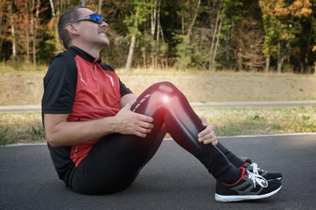 de rodillas: Lesión en la rodilla del corredor y el dolor de huesos en las piernas visibles