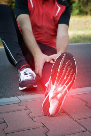 lesionado: Hombre corredor exterior con el compuesto digital de los huesos del pie Foto de archivo